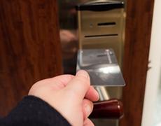 カードキーで解錠する人