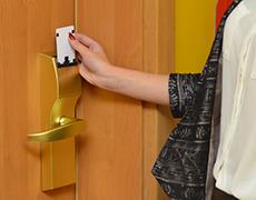 カードキーを差し込む女性