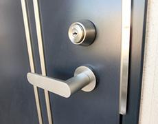 ドアのシリンダーとドアノブ